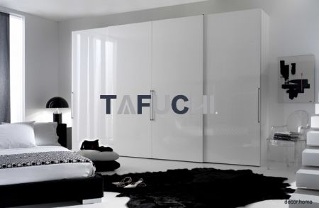 The wardrobe uses high gloss acrylic sheets with a mirror effect of light reflection, creating a sense of simplicity and fashion.