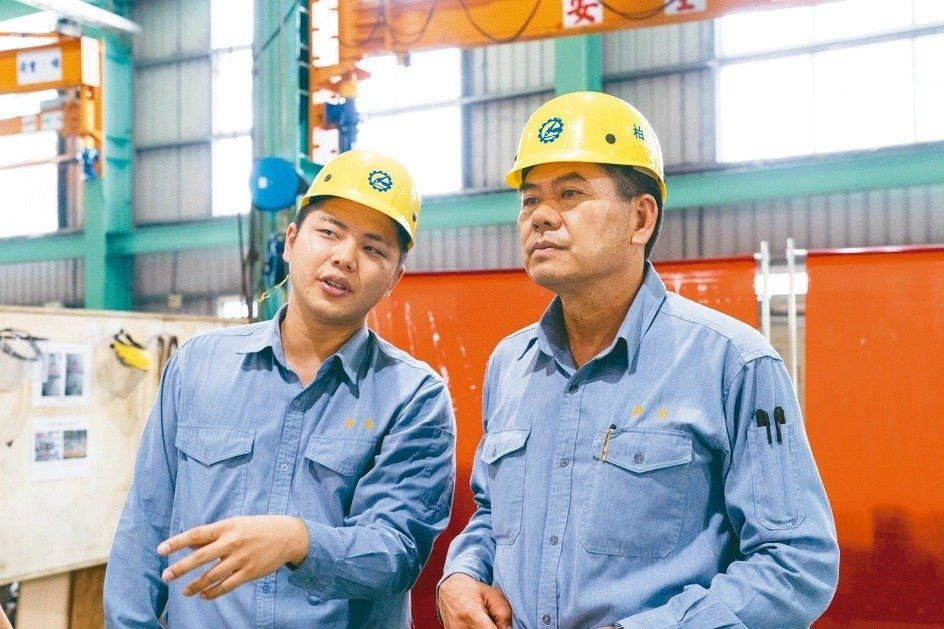 柏夫企業創設者のLianHanbin(右)、Lian Zhongheと彼の息子は、さらに30年を築くために協力しました。 柏夫/供給。