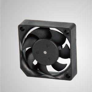 El ventilador de enfriamiento TITAN- DC con ventilador de 35 mm x 35 mm x 10 mm, proporciona tipos versátiles para las necesidades del usuario.