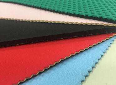 閉孔式發泡結構橡膠海綿,主膠可為neoprene氯丁橡膠、丁苯橡膠、EPDM三元乙丙橡膠。