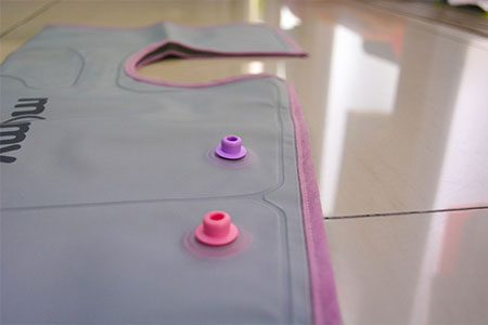 Using nylon laminated with TPU to compress air, massaging and relaxing your feet.