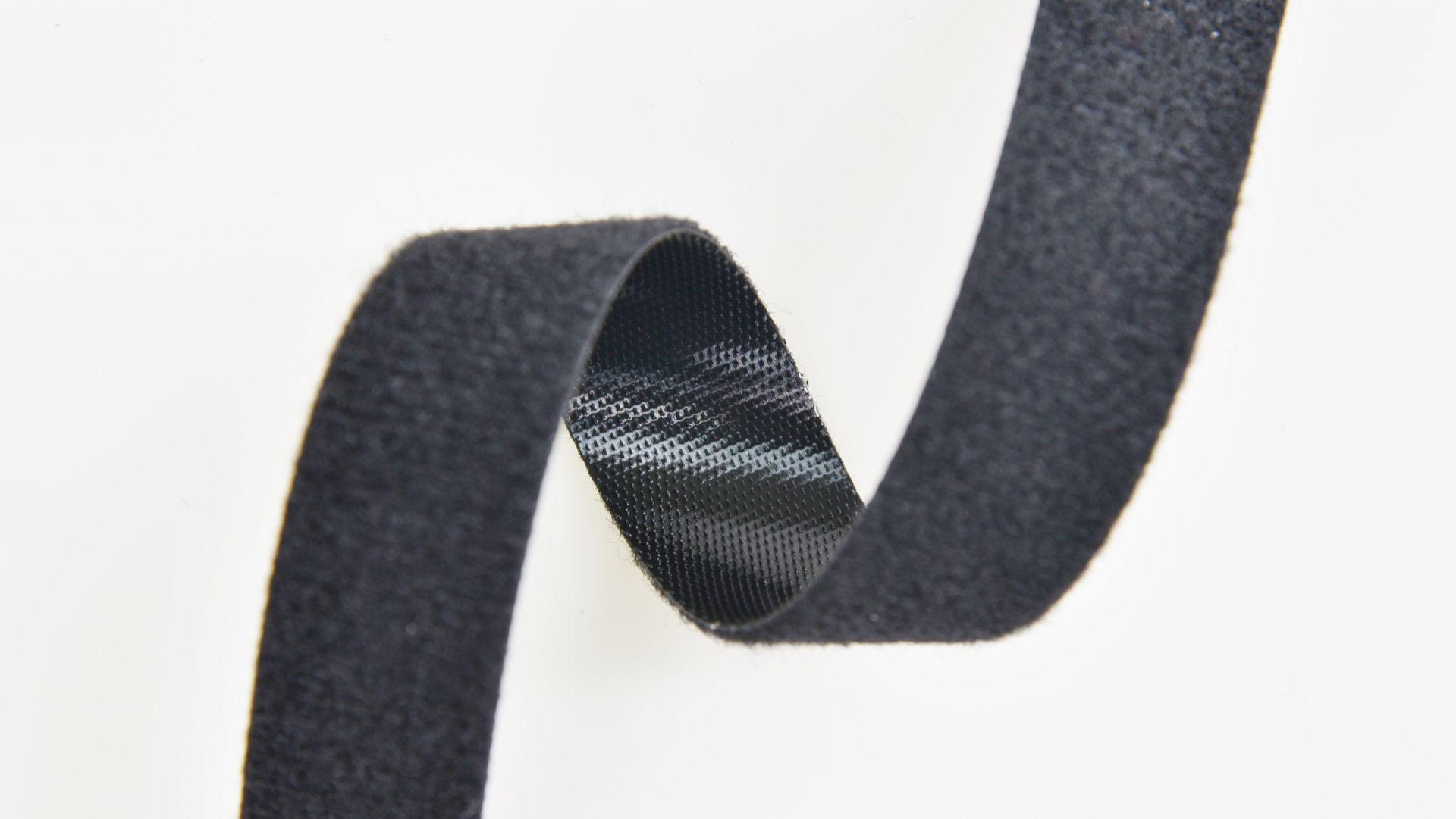 背對背粘扣帶係用膠料將粘扣帶的鉤、毛面背部黏合,使其方便運用於各式產品上。