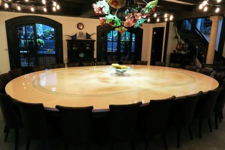 月牙式動態展示台應用於旅店餐桌