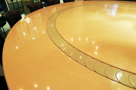 月牙式動態展示台與石材餐桌結合
